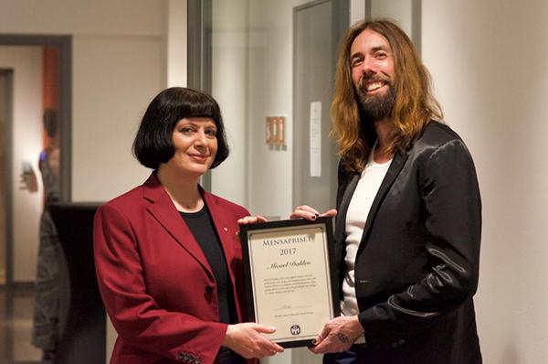 Mensa Sveriges ordförande Monika Orski tillsammans med pristagaren Micael Dahlen.  Fotograf: Leon Pavlov